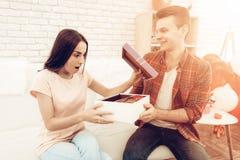 Guy Makes un regalo a la novia el día del ` s de la tarjeta del día de San Valentín fotografía de archivo libre de regalías