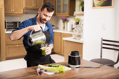 Guy making a healthy smoothie Royalty Free Stock Photography