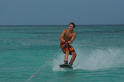 Guy Making joven una cara divertida mientras que Wakeboarding Imagen de archivo