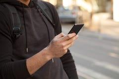 Guy With Mobile Phone que viaja Imágenes de archivo libres de regalías