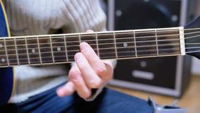 Guy Musician Plays uma guitarra acústica filme