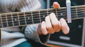 Guy Musician Plays uma guitarra acústica video estoque