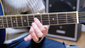 Guy Musician Plays una guitarra acústica metrajes