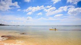 Guy Paddles Kayak a lo largo del mar transparente bajo almacen de video