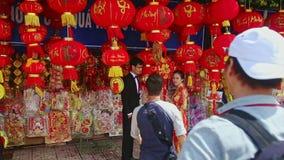 Guy Photos Couple en las decoraciones en el mercado callejero para TET metrajes