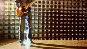 Guy Plays Guitar bij Repetitie bij de Studiomens plaatst Helder Licht stock video