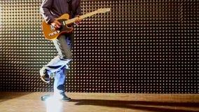 Guy Plays Guitar bij Repetitie in Studio bij Helder Licht stock videobeelden
