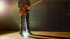 Guy Plays Guitar in Studio onttrekt Hielen bij Helder Licht stock video