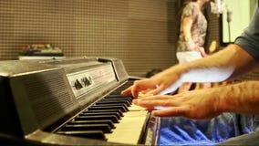 Guy Plays Piano Girl Sings på repetitionen i studio arkivfilmer