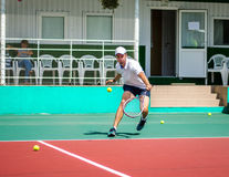 The guy plays tennis. On the cort stock photography