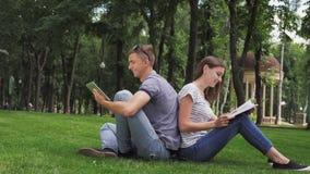 Guy And que una muchacha está estudiando en el parque almacen de video