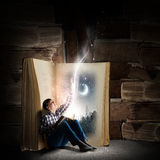 Guy reading book Royalty Free Stock Photography