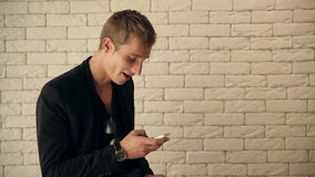 Guy Reading Sms attirant banque de vidéos