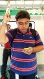 Guy Riding la navette à Singapour photographie stock libre de droits