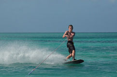 Guy Riding muscular en un Wakeboard en Aruba Fotos de archivo