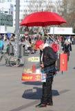 Guy Selling Bratwurst em Alexanderplatz em Berlim, Alemanha Foto de Stock