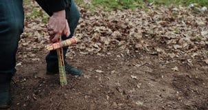 Guy Sets A det hemlagade korset p? graven av ett d?tt husdjur Hundbegravning, grav med ett kors close upp Prores ultrarapid arkivfilmer