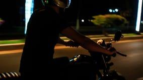 Guy Speeds na motocicleta ao longo da rua do Lit na noite vídeos de arquivo