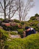 Guy Standing Inbetween Old Ruins novo considerável coberto com o Lic Foto de Stock Royalty Free