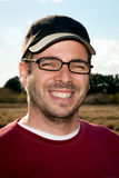 Guy With Stubble, boné de beisebol, e vidros de leitura imagem de stock