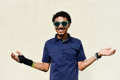Guy With Sunglasses Holding Hands joven para arriba foto de archivo