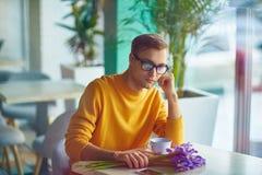 Guy Waiting ennuyé pour l'amie en café Image libre de droits