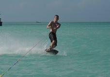 Guy Wakeboarding Off joven muscular la costa de Aruba imagenes de archivo
