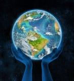 Guyana op aarde in handen Stock Foto's