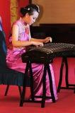 女孩guzheng使用 免版税库存图片