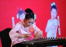 女孩guzheng使用 免版税库存照片