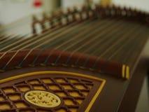 Guzheng con el instrumento musical borroso de las secuencias foto de archivo