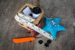 guzików nożyce brezentowi bieliźniani pomiarowi ustawiają dostawy szwalnej taśmy Zdjęcie Royalty Free
