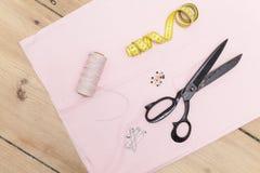 guzików nożyce brezentowi bieliźniani pomiarowi ustawiają dostawy szwalnej taśmy Fotografia Stock