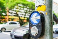 Guzik dla światła ruchu i samochodów w tle Obraz Stock