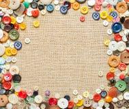 Guziki obramiają na tkaniny tle Zdjęcie Royalty Free