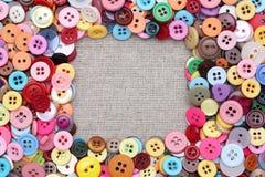 Guziki obramiają z barwionymi guzikami Fotografia Stock