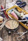 Guziki, suwaczek i szwalny narzędzie obrazy stock