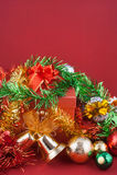 Gåvaask för jul och för lyckligt nytt år med garneringar och färgbollen som isoleras på röd bakgrund Arkivfoton