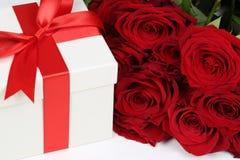 Gåvaask med rosor för födelsedaggåvor, valentin eller moder Arkivbild