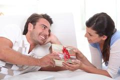 gåvaman som erbjuder till kvinnan Royaltyfria Foton
