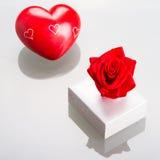 Gåvan boxas med röd hjärta för valentiner Arkivbild