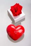 Gåvan boxas med röd hjärta som förälskelsesymbol Royaltyfria Foton