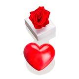 Gåvan boxas med röd hjärta, som förälskelsesymbolet isolerade Royaltyfria Foton