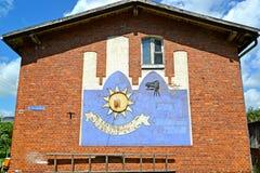 GVARDEYSK, ROSJA Sundial na twarzy ścianie dom Niemiecka budowa fotografia stock