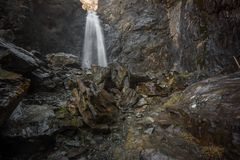 Gveletiwaterval in kazbegi nationaal park royalty-vrije stock fotografie