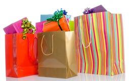 Gåvor i pappers- shoppingpåsar Fotografering för Bildbyråer