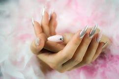 Gwóźdź perła z diamentami i menchie Zdjęcie Royalty Free