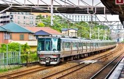 Gwałtownego pociąg przechodzi Maiko stacyjnego, Japonia fotografia stock
