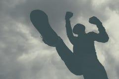 Gwałtowny atak, unrecognizable męski kryminalny kopanie i punchin, Zdjęcie Stock