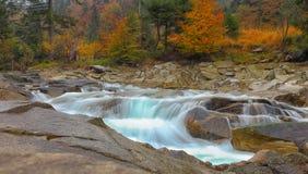 Gwałtowni na skalistej góry rzece w jesieni Fotografia Royalty Free